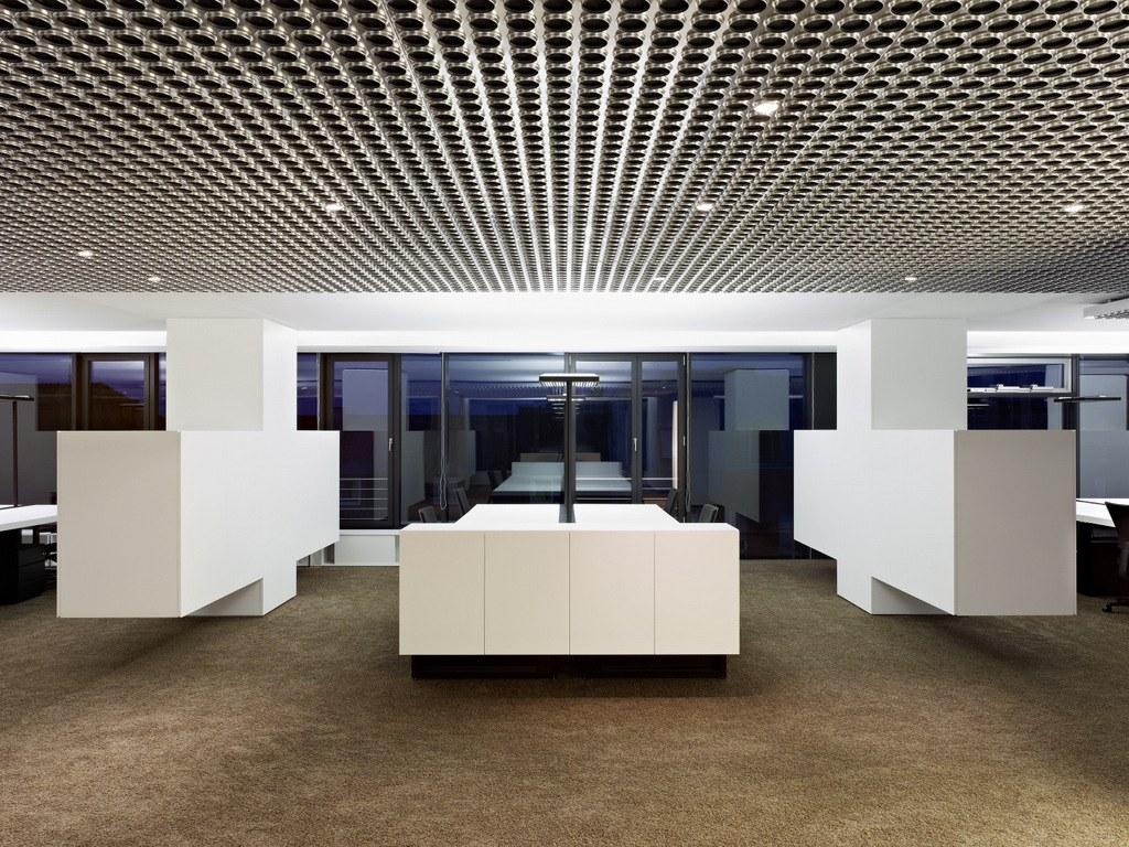 向露台敞开的半圆形装饰空间与其他部分区分开来,透明的蕾丝幕布构成
