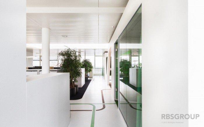 项目设计:RBSgroup 项目地点:瑞士 项目时间:2013年 项目面积:1000平方米 项目类别:饮食服务公司 设计风格:白色 亮丽 时尚 创意 色彩 空间摄影:Arnold Weihs  英国金巴斯集团(Compass Group)是全球最大的饮食服务公司之一。业务遍及全球九十个国家,是一间英国上市公司, 专门从事各种不同类型的饮食业务,并划分为三个独立的品牌:餐饮到会服务- 盈嘉;员工餐厅服务- 怡乐食;学校膳食服务- 泽慧。 位于瑞士的金巴斯集团重新装修了他们的办公室,把原来2000平方米的办公