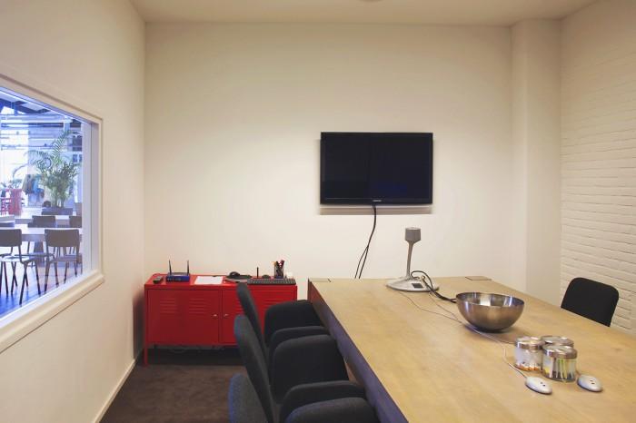 项目地点:阿姆斯特丹 项目时间:2013年 摄影:Johannes van Assem 项目类别:网络代理商 IT公司 设计关键词:老厂房改造 工业气息 裸露 开放办公室  网络代理商Virtual Affairs搬迁至一所由老厂房改造的新办公室,由studiomfd负责改造设计。 这间位于阿姆斯特丹的老厂房空间开敞高大,设计师需要谨慎处理室内空间尺度。设计采用开敞的办公方式,员工就像一群在蜂巢里的小蜜蜂一样,自由在空间里转动互不干扰。拙朴厚重的长条餐桌配以粗矿的英文字母钢架支撑,长条型的办公桌同样受到大